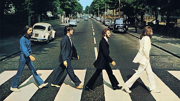 Capa de Abbey Road, onde Paul McCartney é o único a andar descalço e com um pé diferente dos colegas de banda.