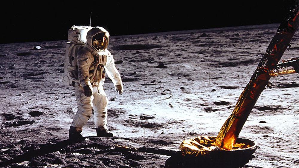 Astronauta caminhando na lua