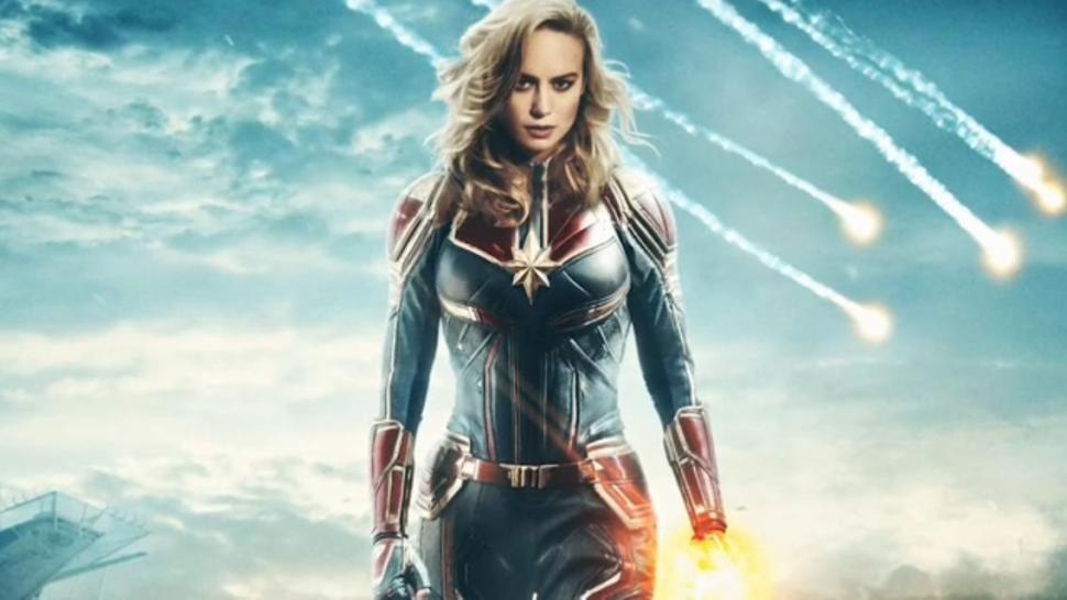 Brie Larson com o uniforme de Capitã Marvel