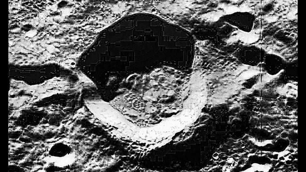 Imagem de uma cratera lunar de forma que parece ter ligações eletrônicas