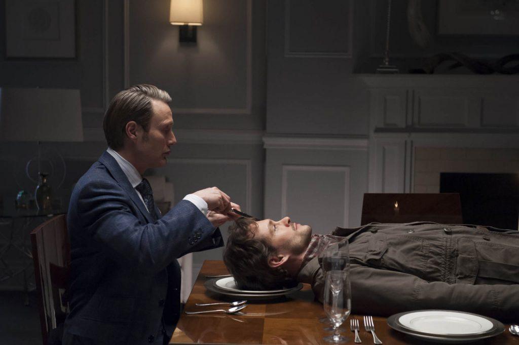 Imagem da série Hannibal, onde Hannibal Lecter, um canibal, tem a cabeça de Will Graham dentro do próprio prato..