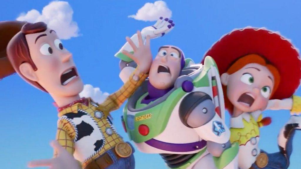 Woody, Buzz e Jessie, personagens de Toy Story, prestes a levar um tombo.