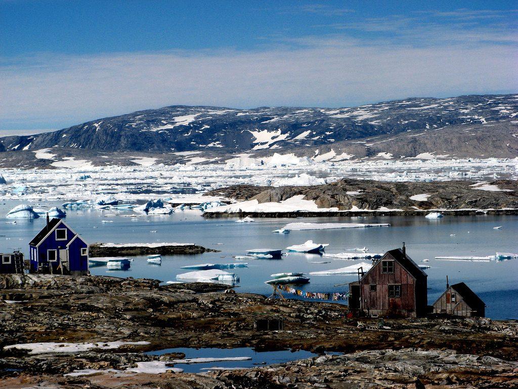 Casas isoladas em região com muita neve e pedras. Quase sem nenhuma vegetação.